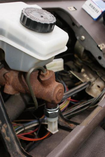 Čidlo brzdové OE/2 póly - Typ 1/2/3/14/25/181/Porsche 911/912/914/356/Golf/Jetta (» 1995)